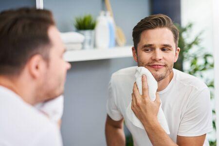 Portret van volwassen man die zich scheert in de badkamer Stockfoto