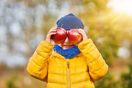 Photo de l'enfant heureux garçon jouant dehors en automne Banque d'images