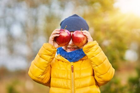 Picture of happy child boy playing outside in autumn Foto de archivo