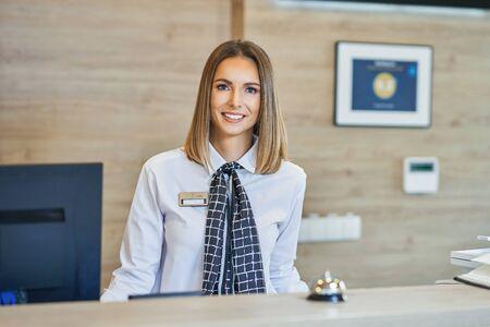 Réceptionniste à la réception de l'hôtel