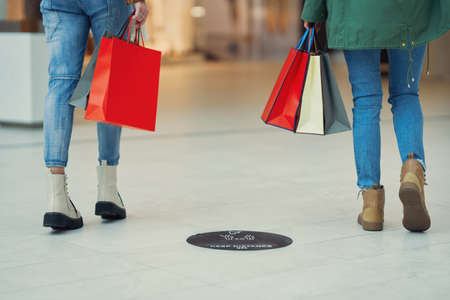 People keeping social distance while shopping in a mall Stockfoto