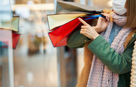 Portrait of two friends shopping together wearing a mask, coronavirus concept Stockfoto