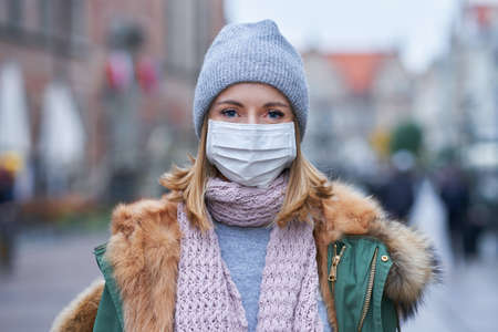 Woman wearing face mask because of Air pollution or virus epidemic in the city Stockfoto