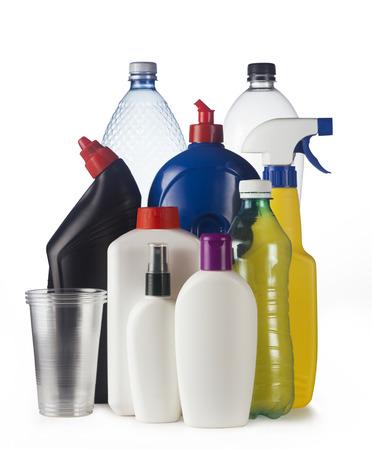 Serie di contenitori di plastica isolato su sfondo bianco, pronto per il riciclo