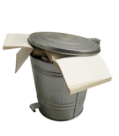 libros abiertos: Abrir los libros tirados en un bote de basura metálico puede aisladas sobre fondo blanco Foto de archivo