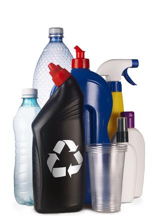 envases plasticos: Conjunto de recipientes de plástico aislados sobre fondo blanco, listo para el reciclaje