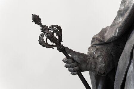 Libre d'une statue classique noire avec la main tenant un grand sceptre orné Banque d'images