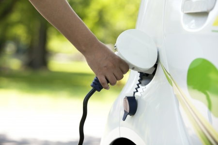 Aufladen eines Elektroautos Standard-Bild - 17980247