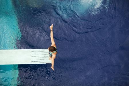 springboard: chica de pie en trampolín