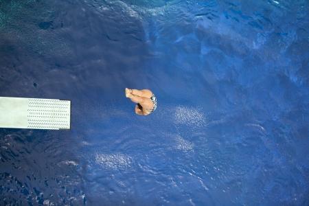 springplank: duiken in het zwembad