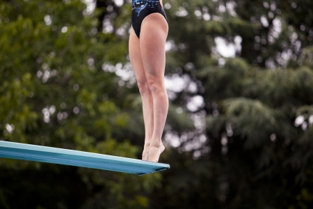 springboard: chica de pie en un trampolín Foto de archivo