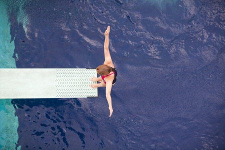 springplank: voorbereiding te duiken in een zwembad Stockfoto