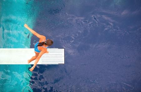 picada: se prepara para zambullirse en una piscina Foto de archivo