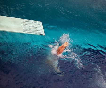 springplank: duiken in het water Stockfoto
