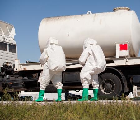 déversement de produits chimiques après un accident de la route