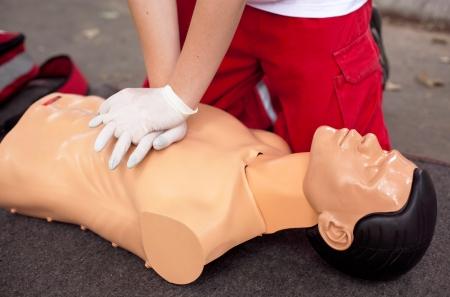 primeros auxilios: masaje card�aco - primeros auxilios Foto de archivo