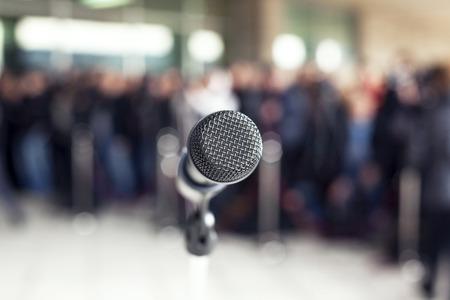 microphone au point contre audience floue Banque d'images