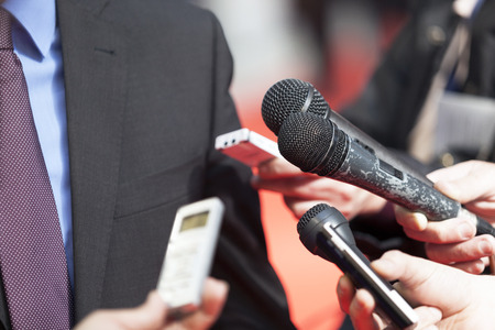 reportero: Un periodista est� haciendo una entrevista con un micr�fono Foto de archivo