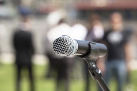microfoon in focus tegen wazig publiek
