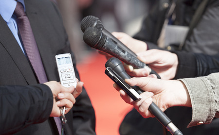 hablar en publico: Reportero de entrevistar a un hombre de negocios