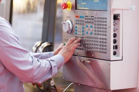 industrial mechanics: Mano en el panel de control de una m�quina programable