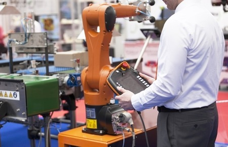 mano robotica: Brazo rob�tico para el embalaje Foto de archivo