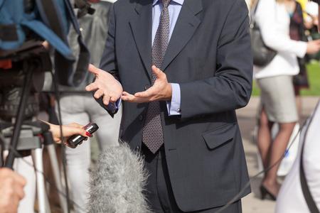 entrevista: Reportero de televisión haciendo entrevista con los medios con el político Foto de archivo