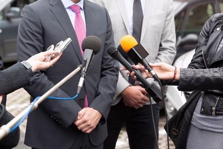 Les journalistes font entrevue avec les médias avec des gens d'affaires ou d'un politicien