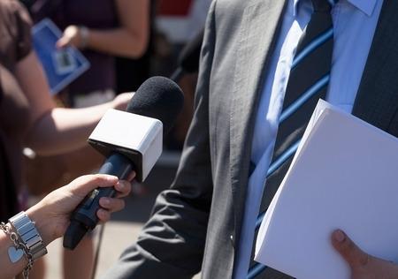 reportero: Toma Periodista entrevista con los medios con el político o empresario irreconocible Foto de archivo