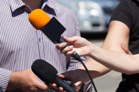 hablar en publico: Entrevista con los medios. Micrófono.