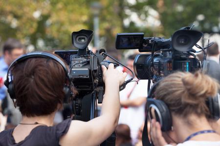 Conférence de presse. Couvrir avec un événement d'une caméra vidéo.