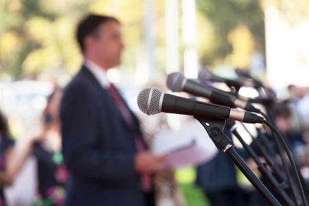 relaciones publicas: Conferencia de prensa. Micrófonos. Foto de archivo