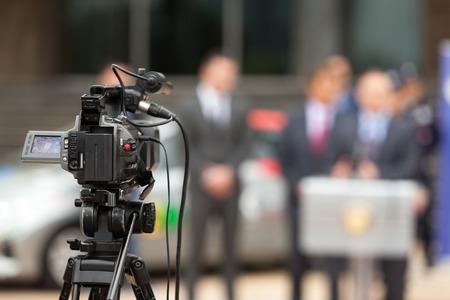 記者会見で。ビデオカメラではイベントの撮影。 写真素材