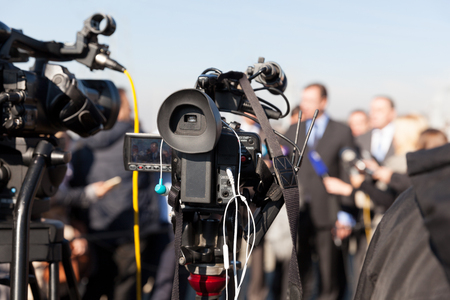 medios de comunicacion: Conferencia de prensa. Cubriendo un evento con una cámara de vídeo. Foto de archivo