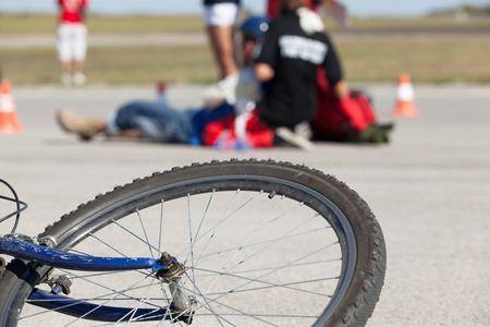 バイク事故の後の最初の援助 写真素材