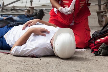 lesionado: Accidente laboral. Formación en primeros auxilios. Foto de archivo