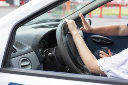 Leerlingsbestuurder student rijdende auto met instructeur Stockfoto