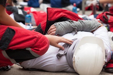 accidente trabajo: Accidente laboral. Formación en primeros auxilios. Foto de archivo