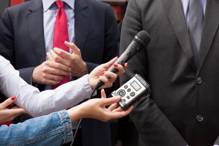 tv: entrevue avec les médias. Conférence de presse.