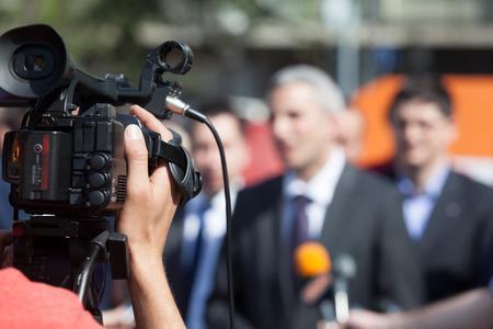 Filmando un evento de prensa con una cámara de vídeo Foto de archivo - 60596920