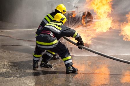 Brandweerlieden in actie. Brandweer training. Stockfoto