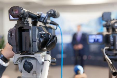フォーカス、背景のぼけのスポークスマンのビデオカメラ 写真素材 - 69455134
