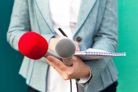 女性記者またはノートを書く記者が記者会見で、 写真素材 - 68219419