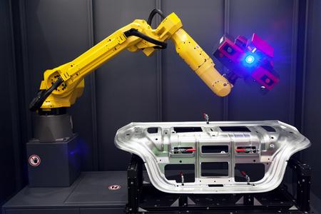 3D 스캐너와 로봇 팔입니다. 자동 스캔.