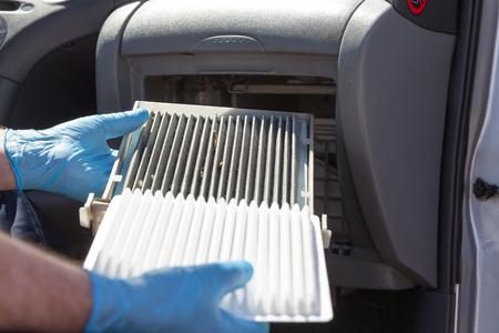 Sustitución del filtro de aire de la cabina Foto de archivo - 80625185