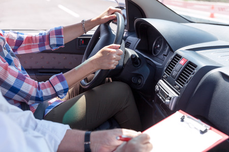 学習者ドライバー学生語教師と車を運転 写真素材
