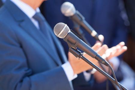 Pressekonferenz. Öffentlichkeitsarbeit - PR. Mikrofon.