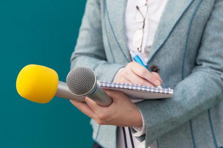 Periodista. Entrevista de medios. Conferencia de prensa. Foto de archivo