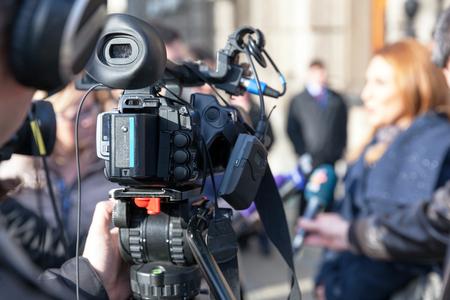 Entrevista de medios. Difundir periodismo. Conferencia de prensa.