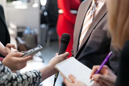 Journalisten bei der Arbeit, die ein Interview mit einer Persönlichkeit des öffentlichen Lebens führen Standard-Bild